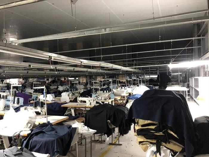 Các phân xưởng của nhà máy được liên lạc với nhau thông qua hệ thống âm thanh