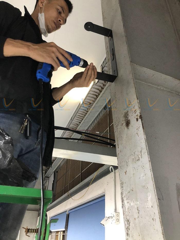 Kỹ thuật viên âm thanh công ty Lạc Việt tiến hành lắp đặt hệ thống loa