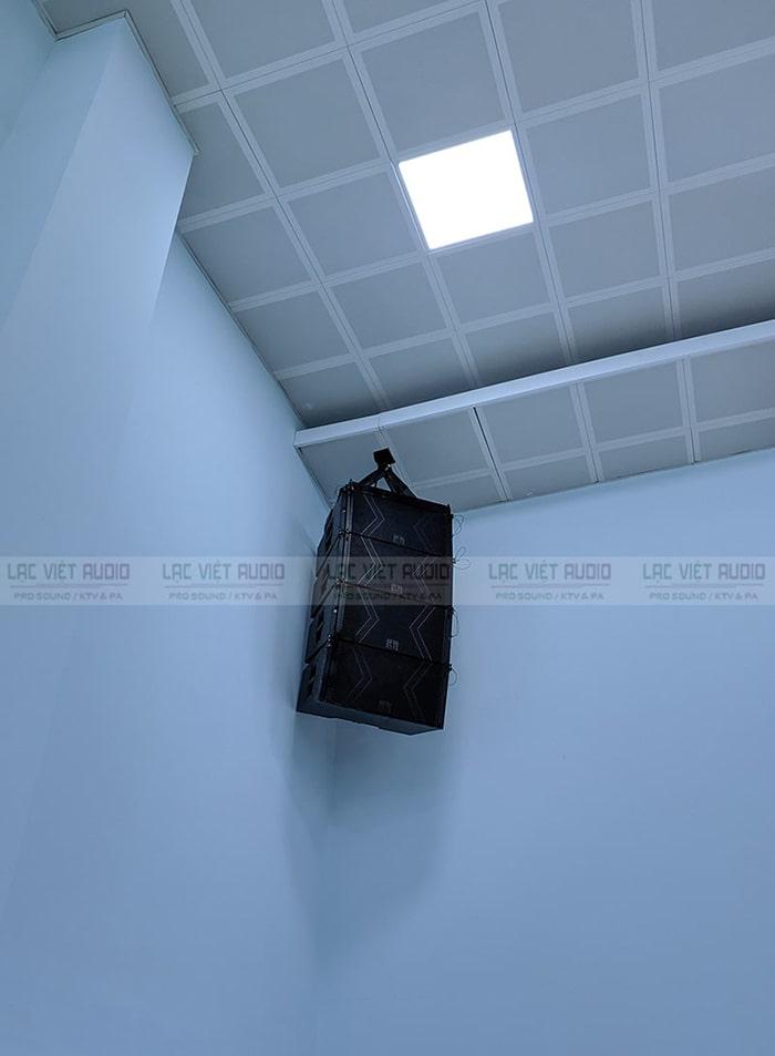 Loa array DB được gắn lên trần cao chắc chắn