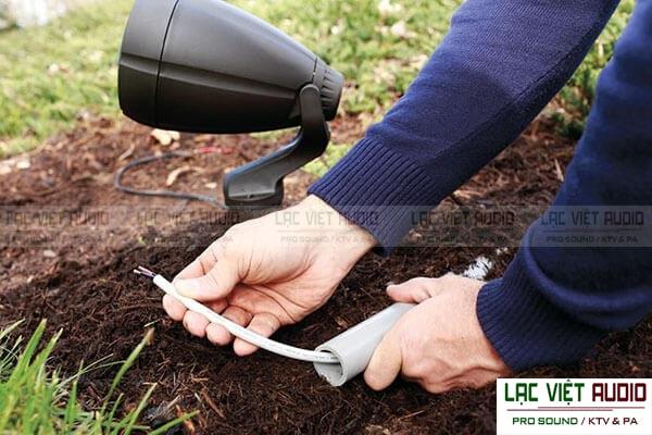 Khi đi dây cho dàn âm thanh cho quán cafe sân vườn nên sử dụng ống bảo vệ