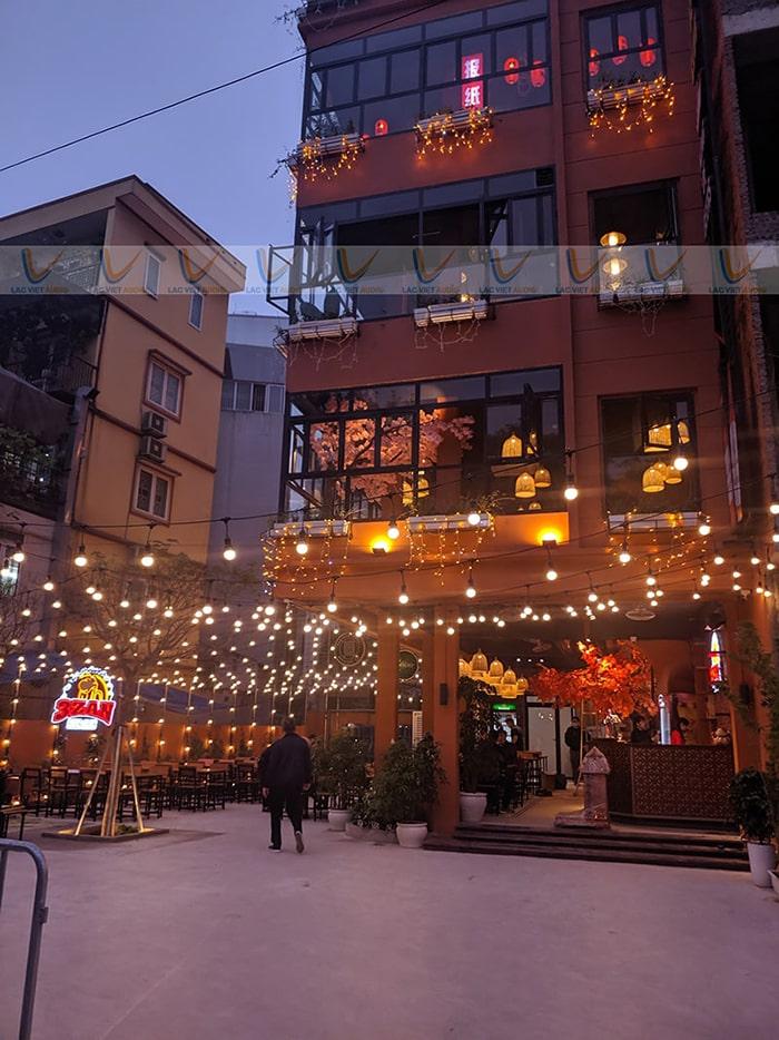 Nhà hàng gồm có 5 tầng, yêu cầu một hệ thống loa chuyên nghiệp