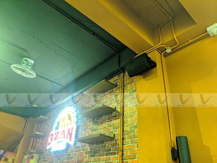 Được gắn trên tường, trần cao, đảm bảo âm thanh phủ khắp không gian