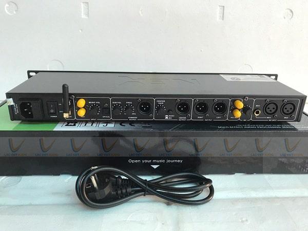 Mặt sau của vang NEX FX10 có hệ thống cổng kết nối đa dạng