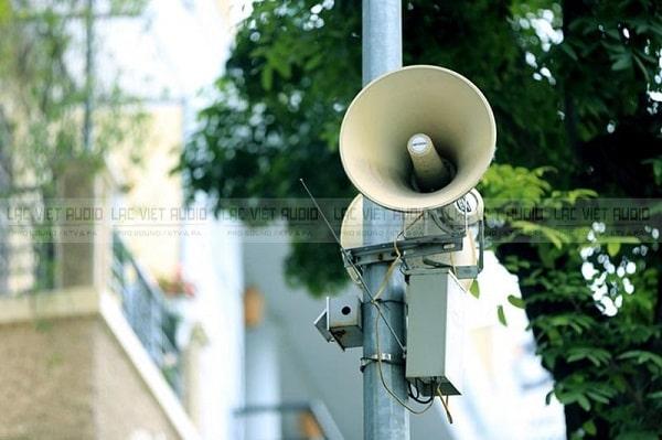 Loa phát thanh xã phường thường được treo trên cột điện cao