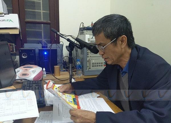 Người đọc sử dụng hệ thống loa phát thanh xã phường