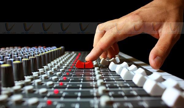 Bàn mixer công xuất có khả năng tinh chỉnh âm thanh chuyên nghiệp