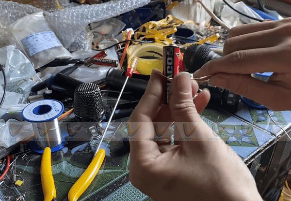 Chuẩn bị dây đồng 0.8mm và pin để quấn dây