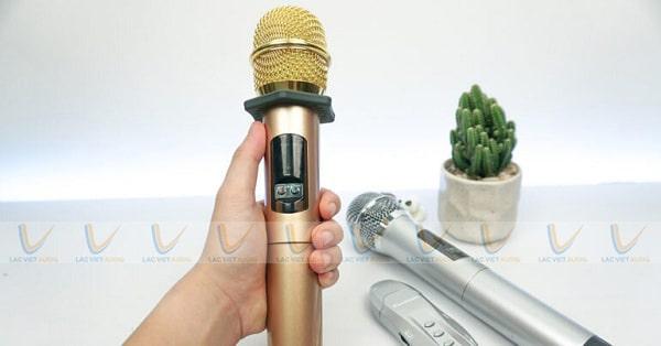 Tay mic khi di chuyển quá xa đầu thu sẽ khiến mic không lên tiếng