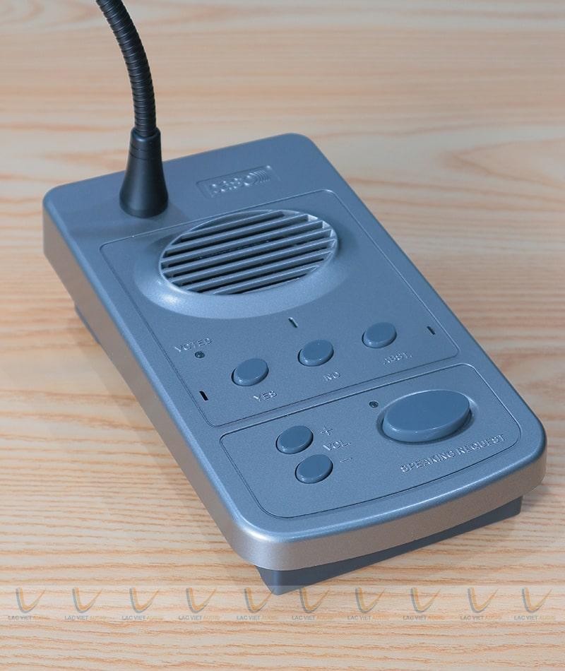 Tích hợp sẵn loa trên đế mic bổ trợ âm thanh cho hệ thống